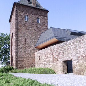 Zwischenraum Stadtmauer und Neubau