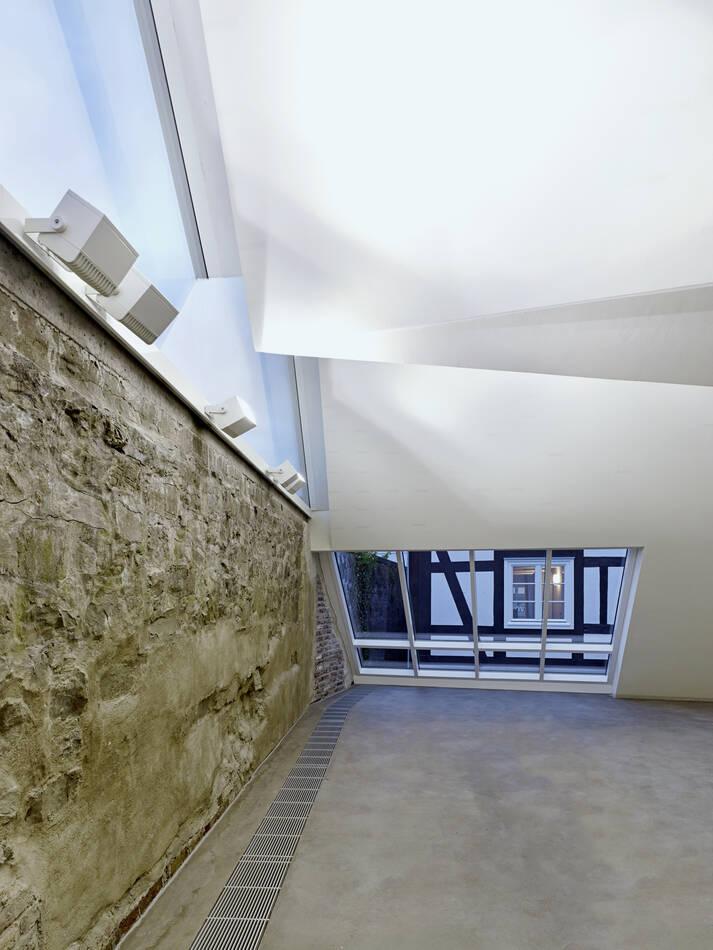Multifunktionaler Innenraum mit Blick auf das historische Fachwerk